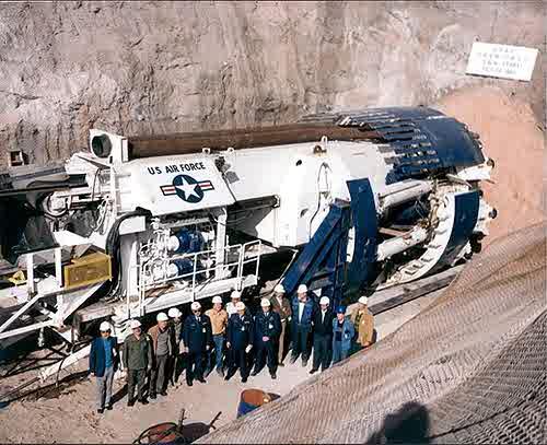 Air Force tunelová vrtačka pro spojení hlubokých podzemních vojenských základen v USA.